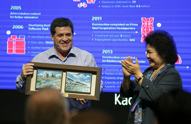Paraguayan President Cartes receives a gift from Kaohsiung City Mayor Chen Chu.