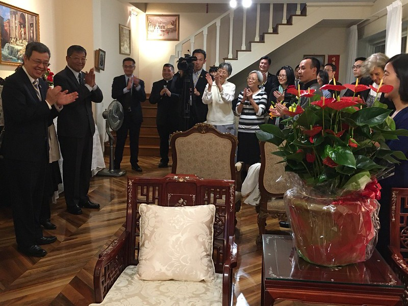 Vice President Chen Chien-jen hosts a dinner for Taiwanese and foreign clerical personnel who previously served in Taiwan.