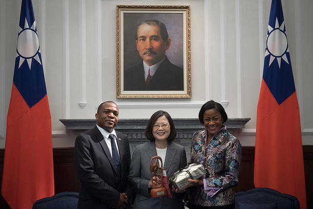 President Tsai exchanges gifts with Saint Lucia Senate President Andy Daniel and House of Assembly Speaker Leonne Theodore-John.