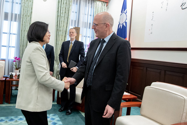 President Tsai shakes hands with David Meale, US Deputy Assistant Secretary of State for Trade Policy and Negotiations.