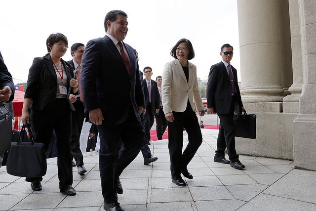 President Tsai and Paraguayan President Cartes walk into the Presidential Office Building.