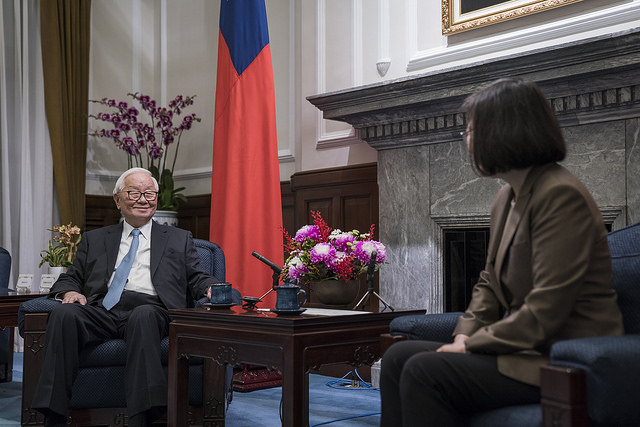 Mr. Morris Chang exchanges views with President Tsai.