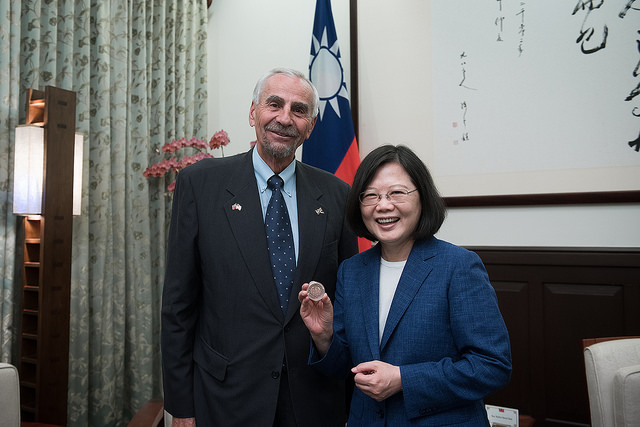 President Tsai receives a gift from US Wyoming Governor Matt Mead.
