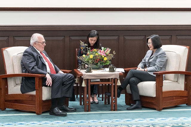President Tsai exchanges views with US Heritage Foundation founder Dr. Edwin Feulner.