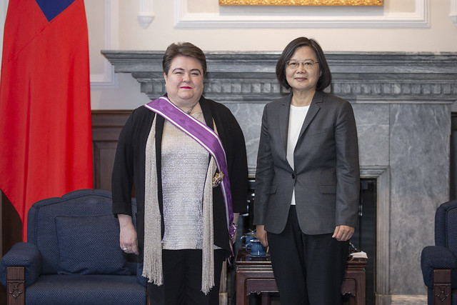President Tsai confers a decoration on Madeleine Majorenko, Head of the European Economic and Trade Office in Taiwan.