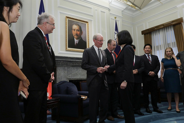 President Tsai shakes hands with the scholars and experts attending the