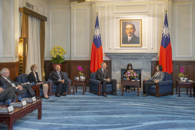 President Tsai Ing-wen exchanges views with a delegation from the Applied Materials Board of Directors.