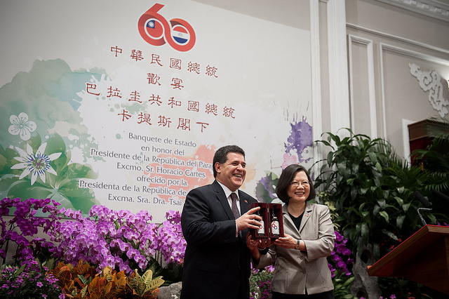 President Tsai presents a commemorative whisky to Paraguayan President Horacio Cartes.