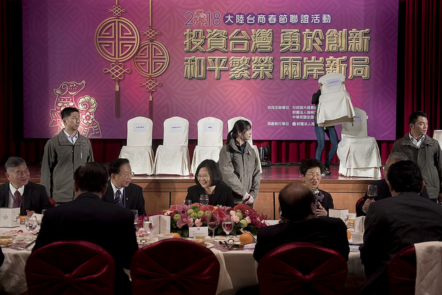 President Tsai talks with Straits Exchange Foundation Chairman Tien Hung-mao at a reception for representatives of Taiwanese firms in mainland China.