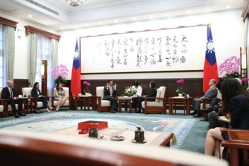 President Tsai meets with a delegation from the Washington-based International Republican Institute.
