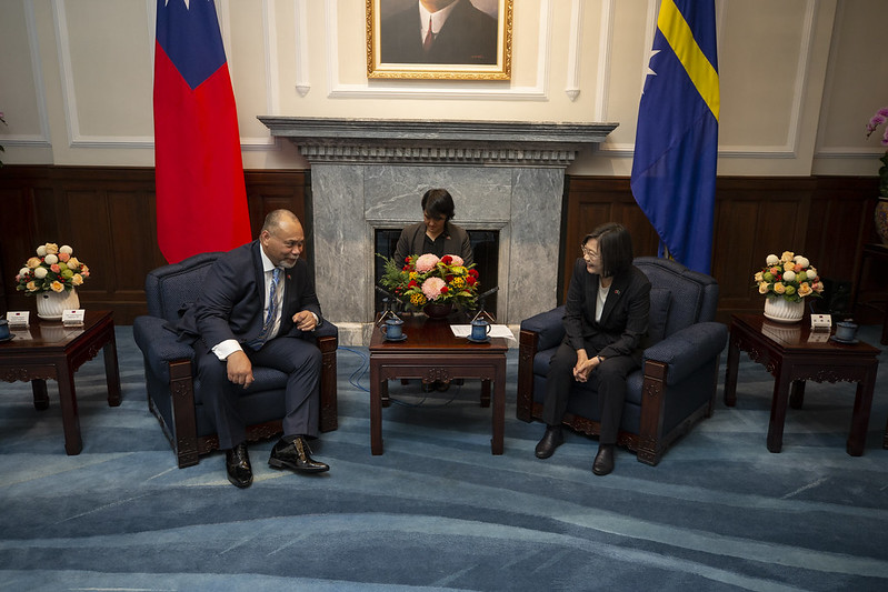 President Tsai exchanges views with Nauru President Lionel Aingimea.