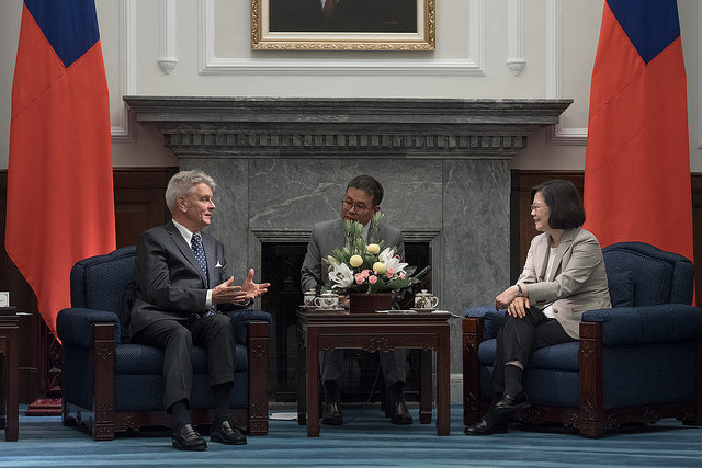President Tsai exchanges views with Chairman Alain Richard of French Senate's Taiwan Friendship Group.
