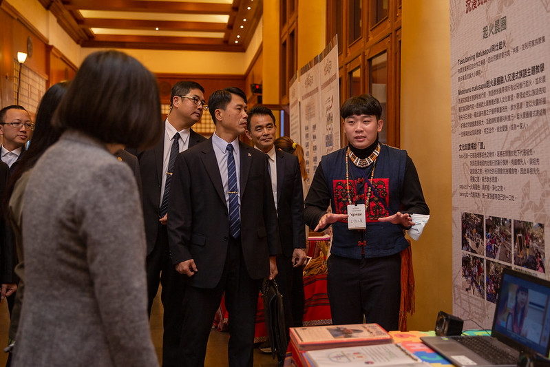 President Tsai tours the display booths at the Indigenous Languages Development Conference.
