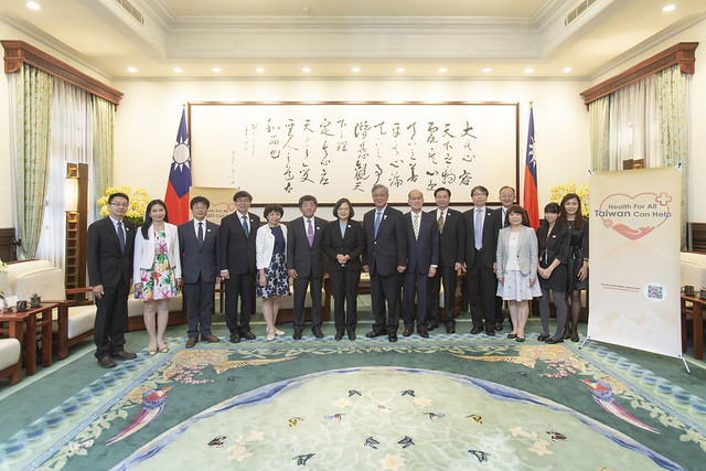 President Tsai poses for a photo with Taiwan's WHA action team led by Minister of Health and Welfare Chen Shih-Chung.