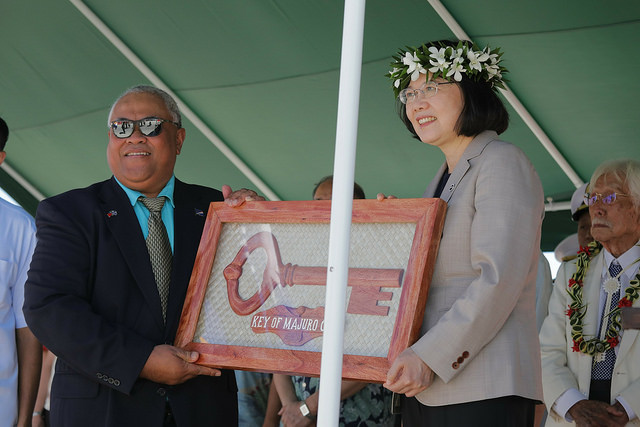 Majuro Mayor Ladie N. Jack presents President Tsai with a key to the city of Majuro.