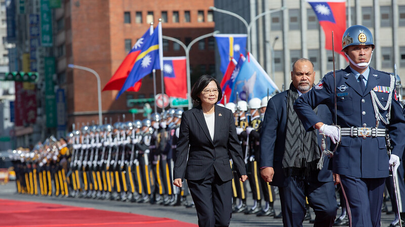 President Tsai and Nauru President Aingimea review the military honor guard.