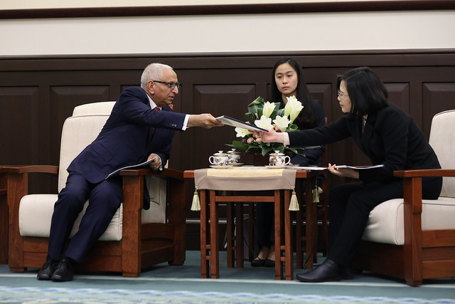 President Tsai meets with SEMI President and CEO Ajit Manocha.