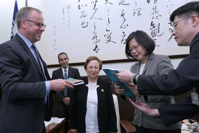 President Tsai exchanges gifts with a delegation from the Reporters Without Borders.