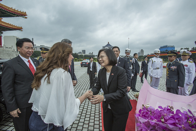 President Tsai shakes hands with Paraguayan First Lady Mme. Abdo.