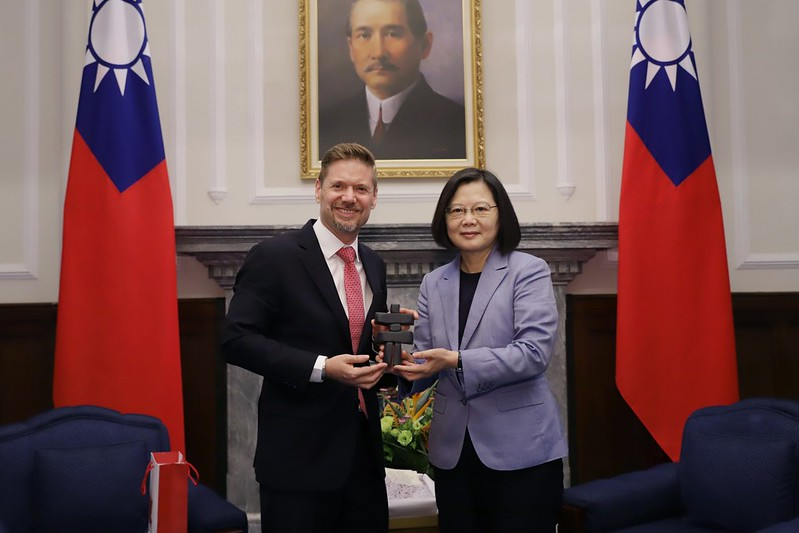President Tsai poses for a photo with Canadian Trade Office in Taipei Executive Director Jordan Reeves.