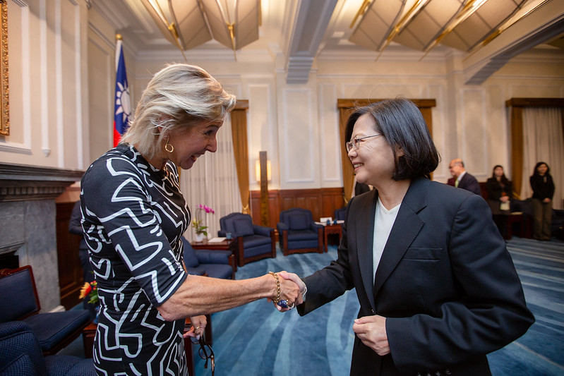 President Tsai shakes hands with American Enterprise Institute Senior Vice President Danielle Pletka.