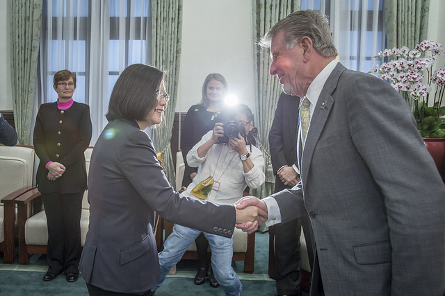 "President Tsai shakes hands with US State of Idaho Governor C. L. ""Butch"" Otter."