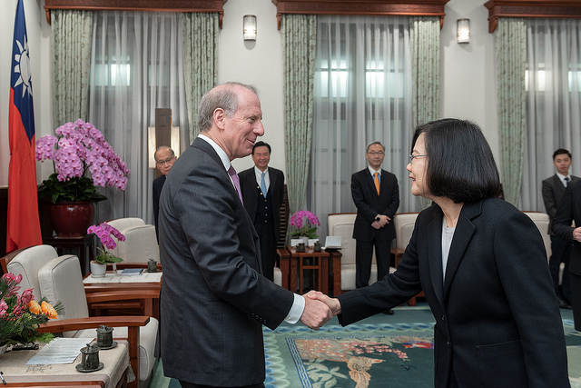 President Tsai shakes hands with Dr. Richard Haass, president of the US-based Council on Foreign Relations.
