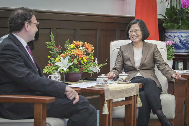 President Tsai exchanges views with Liberal International President Juli Minoves Triquell.