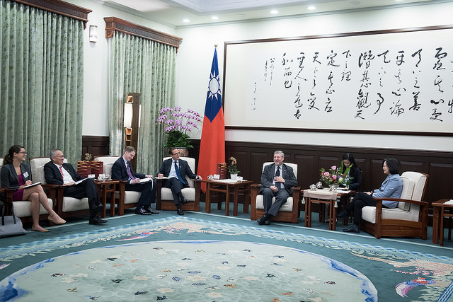 President Tsai meets with a delegation from the US-based Brookings Institution.