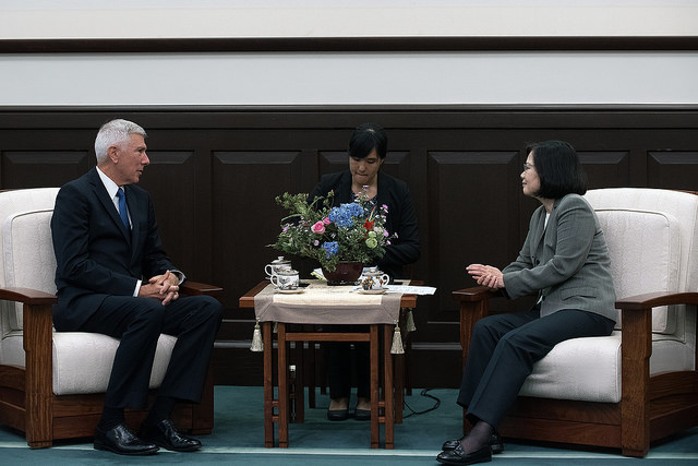 President Tsai exchanges views with Admiral Samuel Locklear, the former commander of the US Pacific Command.