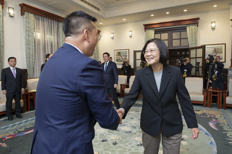 President Tsai shakes hands with Singapore Trade Office in Taipei Representative Simon Wong Wie Kuen.