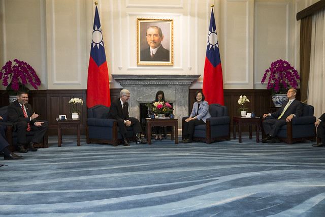 President Tsai exchanges views with the delegation led by Mississippi Governor Phil Bryant.