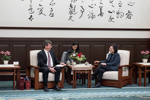 President Tsai exchanges views with Director Michael Szony of Harvard University's Fairbank Center for Chinese Studies.