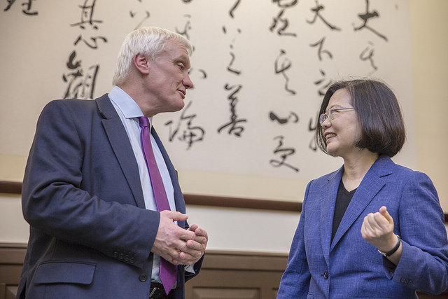 President Tsai exchanges views with Mr. Graham Stuart, the UK's Parliamentary Under-Secretary of State at the Department for International Trade.