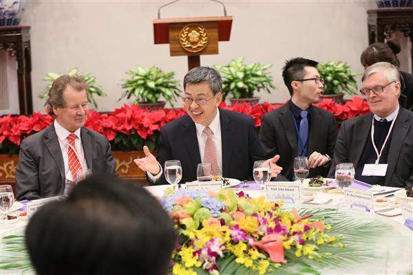 Vice President Chen interacts with members of the international review committee for the Second National Reports of the International Covenant on Civil and Political Rights and the International Covenant on Economic, Social and Cultural Rights.