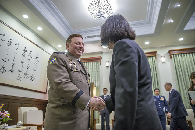 President Tsai shakes hands with Nicaraguan Army Commander in Chief General Julio Cesar Aviles Castillo.
