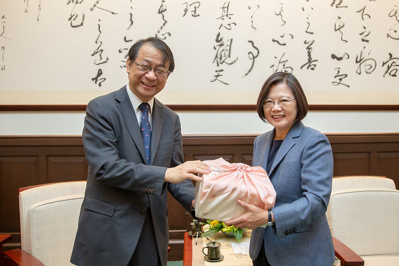 President Tsai receives a gift from Mr. Hiroyasu Izumi, new Chief Representative of the Japan-Taiwan Exchange Association Taipei Office.
