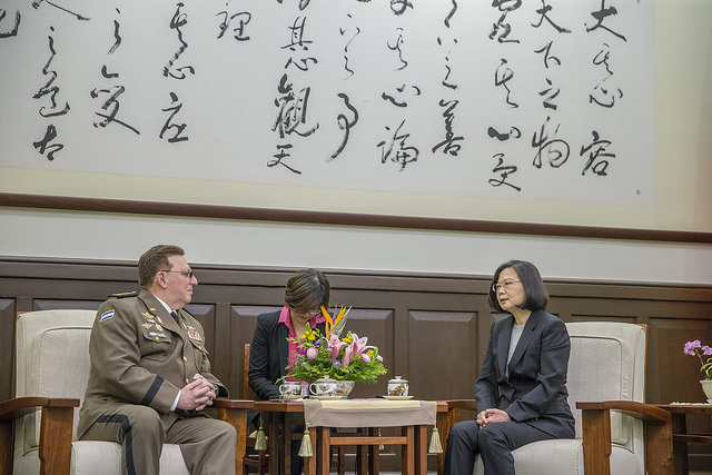 President Tsai exchanges views with Nicaraguan Army Commander in Chief General Julio Cesar Aviles Castillo.