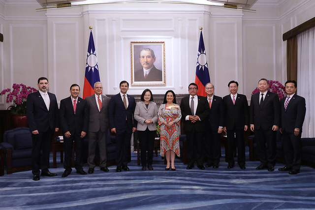 President Tsai poses for a photo with a delegation led by Paraguayan Congress and Senate President Silvio Ovelar.