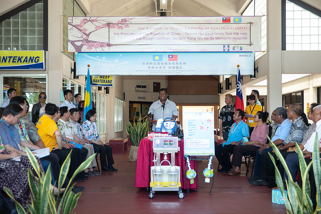 President Tsai and President Remengesau witness the ceremony for Shin Kong Hospital's donation of operating room equipment to the Palau Ministry of Health.