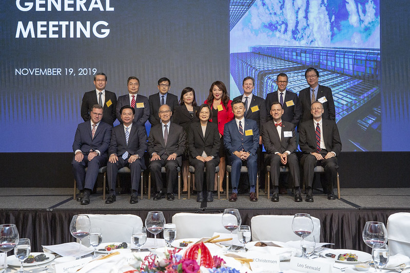 President Tsai takes a group photo at the 2019 AmCham Taipei Annual General Meeting.