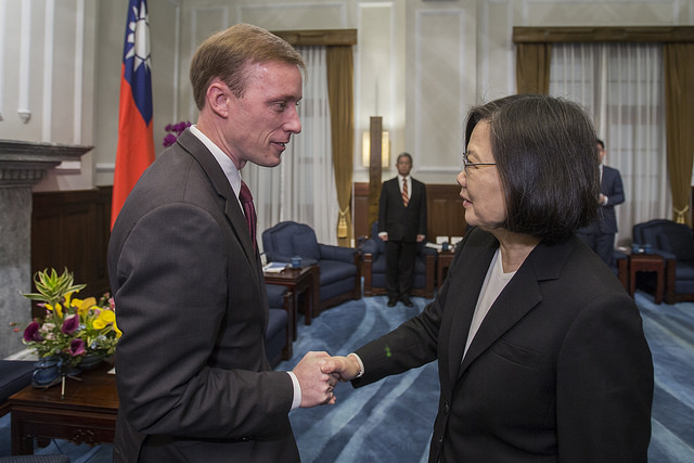 President Tsai shakes hands with the delegation from the German Marshall Fund of the United States.