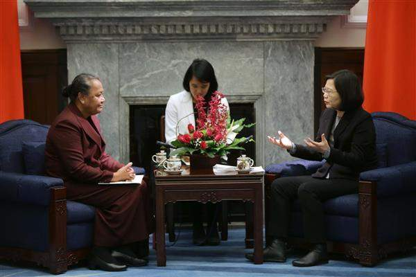 President Tsai talks with new Tuvalu Ambassador to the ROC Limasene Teatu.
