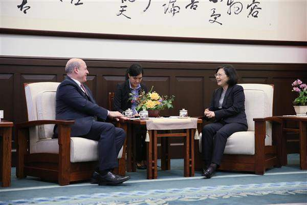 President Tsai exchanges views with Matthew J. Matthews, US Deputy Assistant Secretary for East Asian and Pacific Affairs and Senior Official for APEC.