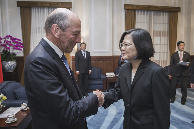 President Tsai shakes hands with Mr. Michel Herbillon, a member of the French National Assembly's France-Taiwan Parliamentary Friendship Group.