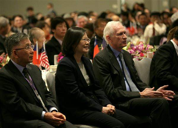President Tsai listens to remarks delivered by Taiwanese expatriates in San Francisco.