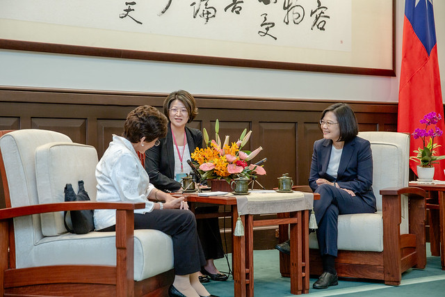 President Tsai exchanges views with Guatemalan Ambassador to the ROC Olga María Aguja Zúñiga.