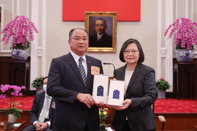President Tsai Ing-wen meets with representatives of award-winning businesses.