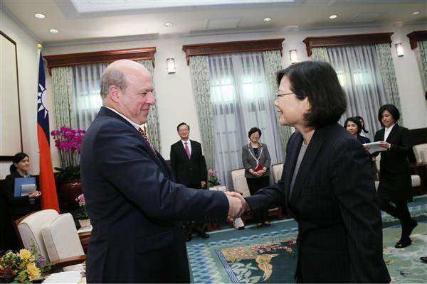 President Tsai shakes hands with Matthew J. Matthews, US Deputy Assistant Secretary for East Asian and Pacific Affairs and Senior Official for APEC.