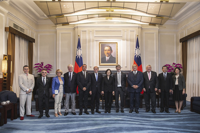 President Tsai poses for a group photo with a delegation led by French parliamentarian Michel Herbillon.